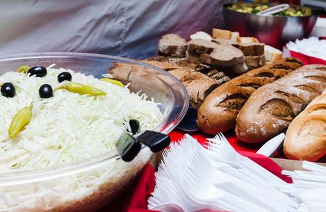 Leckere Grillstation mit Salaten und Brot