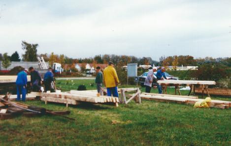 Laufende Meter Bauholz warten auf ihren Einsatz auf der Baustelle.
