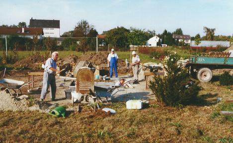 Für die Pfeilerfundamente wird Beton angemischt.