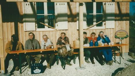 Sechs Vereinsmitglieder geniesen eine Ruhepause auf der Terrasse.