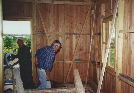 Die Holzverschalung auf der Innenseite muss montiert werden.