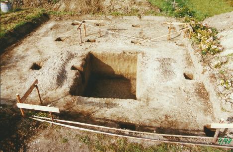 Das Bild zeigt die Grundfläche des Fundaments und wo die Pfeilerfundemente positioniert sind.
