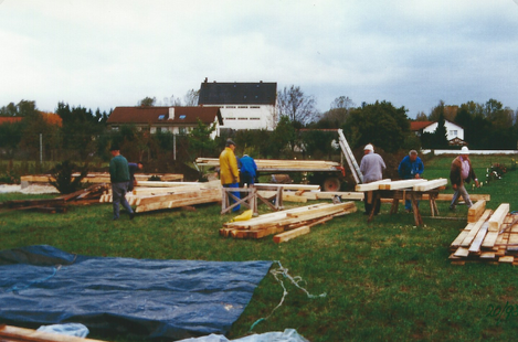 Das Bauholz für den Geräteschuppen wird im Lehrgarten nach Längen und Durchmesser für den Einsatz auf der Baustelle vorsortiert.