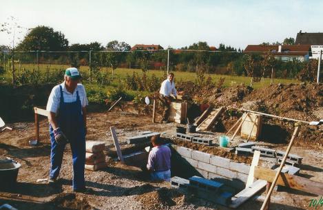 Die Pfeilerfundamente sind fertig, der Keller wird aufgemauert.