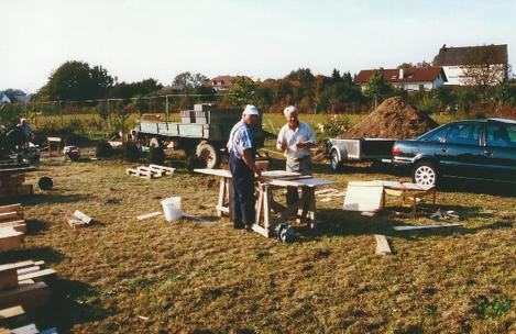 Zwei Mann richten die Schulung für die Pfeilerfundamente her.