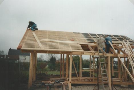 Das Dach des Geräteschuppens wird zum Eindecken vorbereitet.