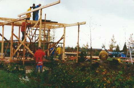 Fleißige Arbeiter auf der Baustelle des Gartenbauvereins.