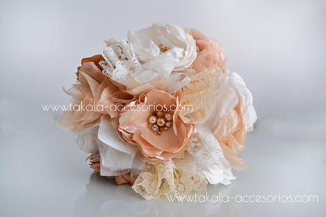 Ramo de novia artesanal de flores de tela, estilo vintage con centros de piedras.  Villa Urquizaa