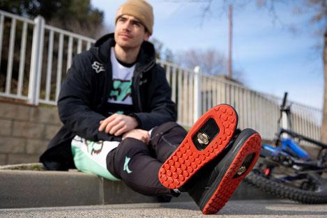 Ein Mann mit den neuen 2FO DH Schuhen von Specialized