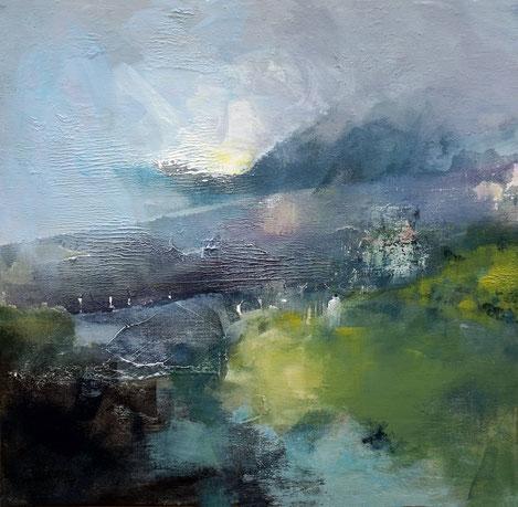 Paysage abstrait, ciel gris nuages, brume et montagnes