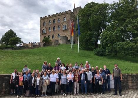 Eine von zahlreichen Vereinsaktivitäten:  Begleitung einer Besuchsgruppe aus Paray-le-Monial bei der gemeinsamen Besichtigung des Hambacher Schlosses am 31. Mai 2019 (Foto: U. Baer)