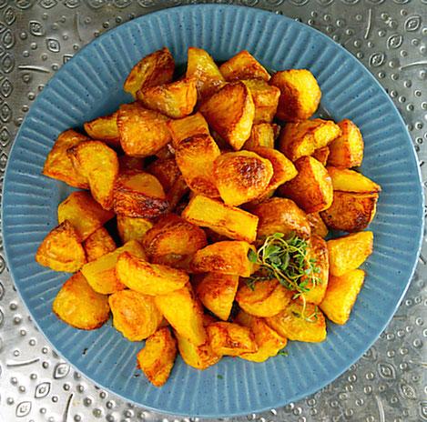 Goldene Safrankartoffeln aus dem Backofen, super knusprig und ohne große Mühe hergestellt.