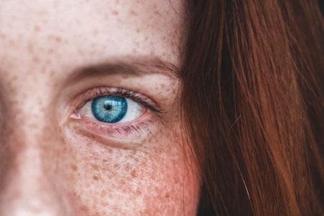Frau rothaarig, blauäugig mit Sommersprossen