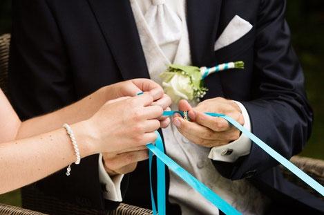 Alte und neue Symbole bei einer freien Trauung: Eheringe und Ringwarming