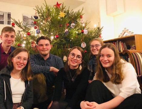 Heiligabend im Café (v.l. Lorenz, Hannah, Konrad, Clarita, Sonja, Klara)