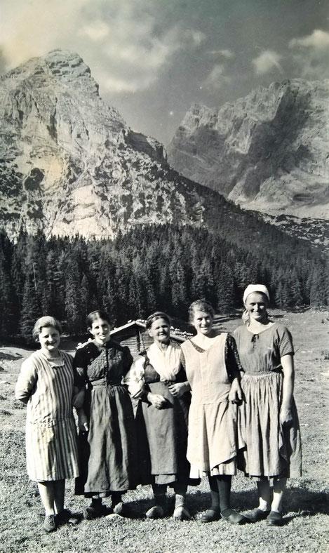 Postkarte: Die Sennerinnen von der Kührointalm um 1932; erste von rechts: meine Urgroßmutter Katharina Graf (geb. Resch)