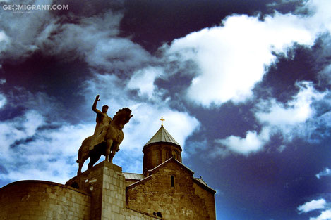 С гребня скалы на старый Тбилиси гордо взирает «Метехский храм»