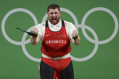 Грузинский тяжелоатлет Лаша Талахадзе установил новый мировой рекорд и завоевал первое олимпийское золото