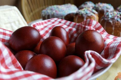 Никакой химии: как красят пасхальный яйца в Грузии
