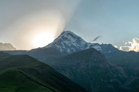 Ученые предупредили об опасности извержения спящего вулкана горы Казбек