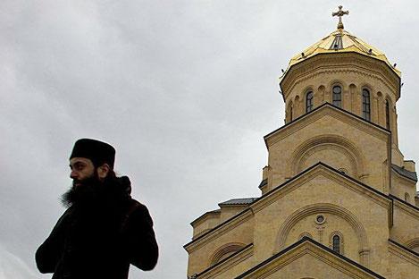В Грузии молодежь призывного возраста массово идет в «священники»