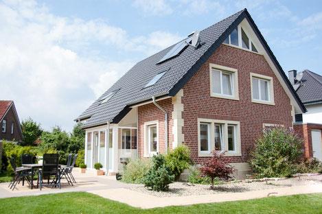 Modernes Wohnhaus mit Fenstergewänden und Hausecken aus Bamberger Sandstein.