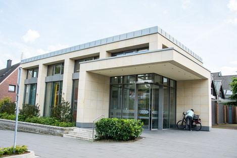 Moderne Fassade mit Baumberger Sandstein. Volksbank-Gebäude in Havixbeck.