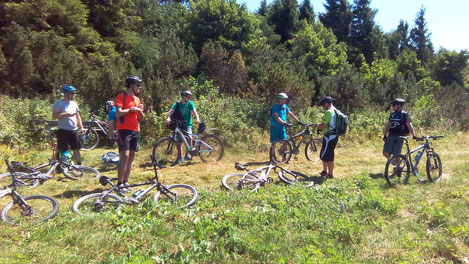 Eine Gruppe Mountainbiker macht Pause