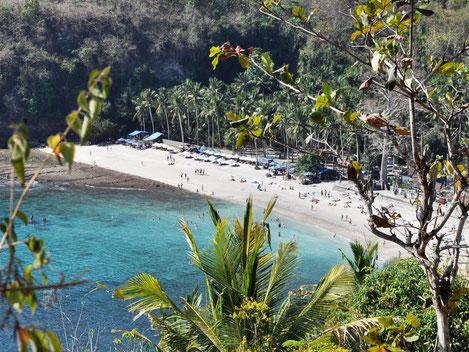 Uitzicht op het mooie strand van Crystal Bay op Nusa Penida