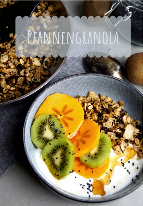 Granola, selbst geröstetes Müsli mit Joghurt und Obst