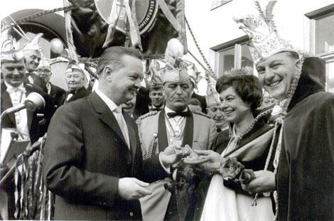 Bürgermeister Heinz Frenkel, Faschingsprinzenpaar Werner I. & Maria I. von Renntanien, mittig Hofmarschall Karl Winter, 1963