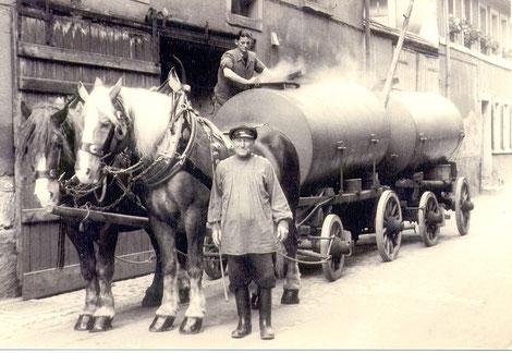 Fuhrunternehmer Paul Brändlein bei der Bierabfüllung im Fischerrain