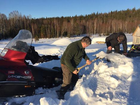 Unser Schneemobil ist eingesunken. Der ist oberflächlich zwar von der Sonne hart gefroren, darunter jedoch sehr weich. Ulf hat mich gewarnt, ich aber bestand auf einer Einstellung. Resultat: Eine Stunde schaufeln. Sibirien ist eben nicht die Lausitz.