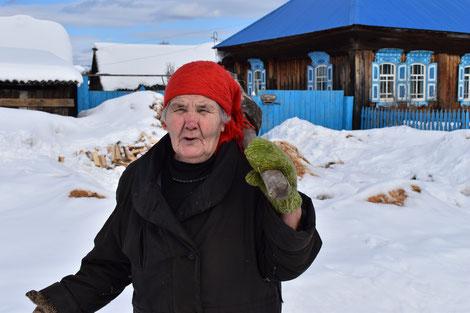 Diese Frau ist fast 90. Unvorstellbar. Erst recht, wenn man bedenkt, dass sie mit der Keule in der Hand zum Holzhacken bei der Nachbarin geht.