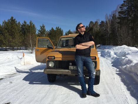 Ein perfekter Moment. Schnee in Sibirien, ein Lada Niva aus meinem Geburtsjahr, Sonne und absolute Stille.