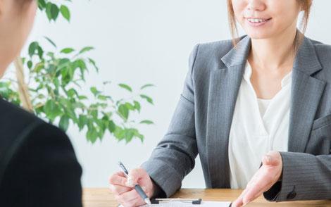 サービスを説明している女性営業マン