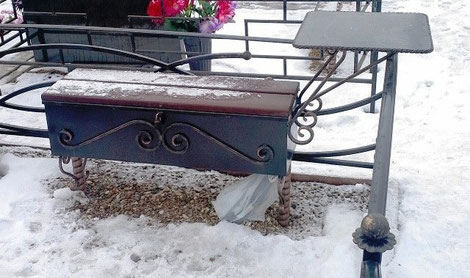 столик, лавочка ларь на кладбище.