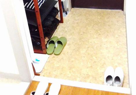 玄関です。アイボリーのスリッパに履き替えていただきます。