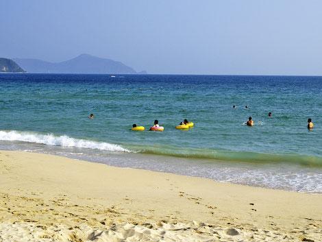 Sanya, Dadonghai Bay, Chinesen mit Schwimmreifen