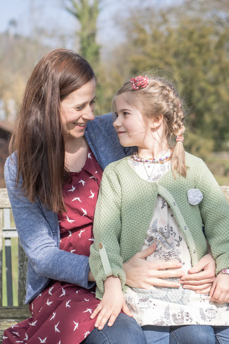Mutter und Tochter beim Familien-Fotoshooting