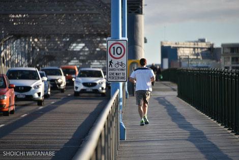 ランニングをしている人が本当に多いです。交通量も多い。
