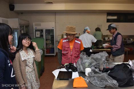 森北さんと萩田さんが後ろで一生懸命ご飯を作ってくれています・・・