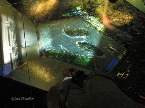 Photo prise à mes pieds, d'une vidéo projetée au plafond et reflétée, donnant l'impression de marcher dans l'air au dessus!