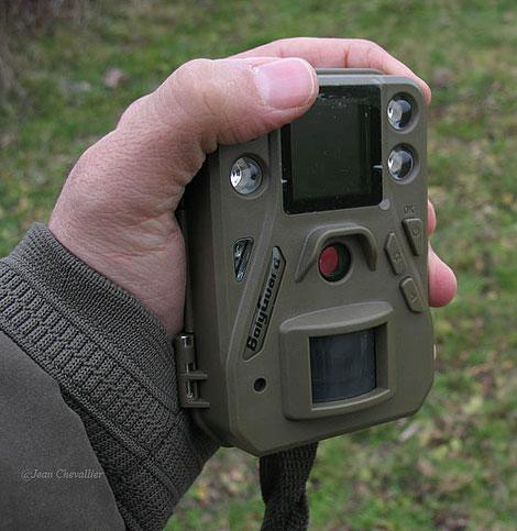 Le piège  Bolyguard SG 520  en main, remarquablement petit.