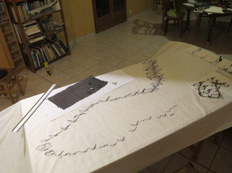 Le travail sur table à plat, tissu roulé de chaque côté