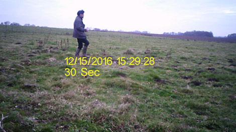 Première vue extraite d'une vidéo. Je rentre dans le champ en marchant normalement. On ne peut pas supprimer l'affichage des détails, présent sur 1/20e seconde seulement.