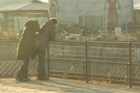 Maman et enfant, le long d'une balustrade à Saint-Nazaire