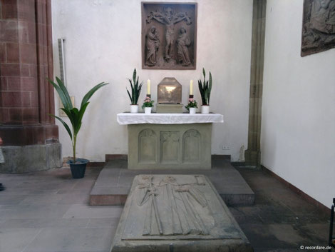 Seitenaltar mit Schrein und Grabdenkmal des Hl. Makarius