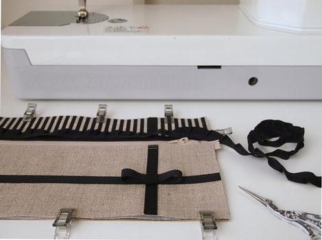画像:自宅アトリエでお財布ショルダーを制作中の様子