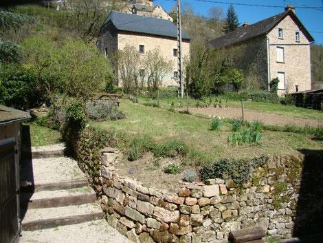 Le jardin du gîte de Montredon à Salles la Source entre Rodez et Conques en Aveyron
